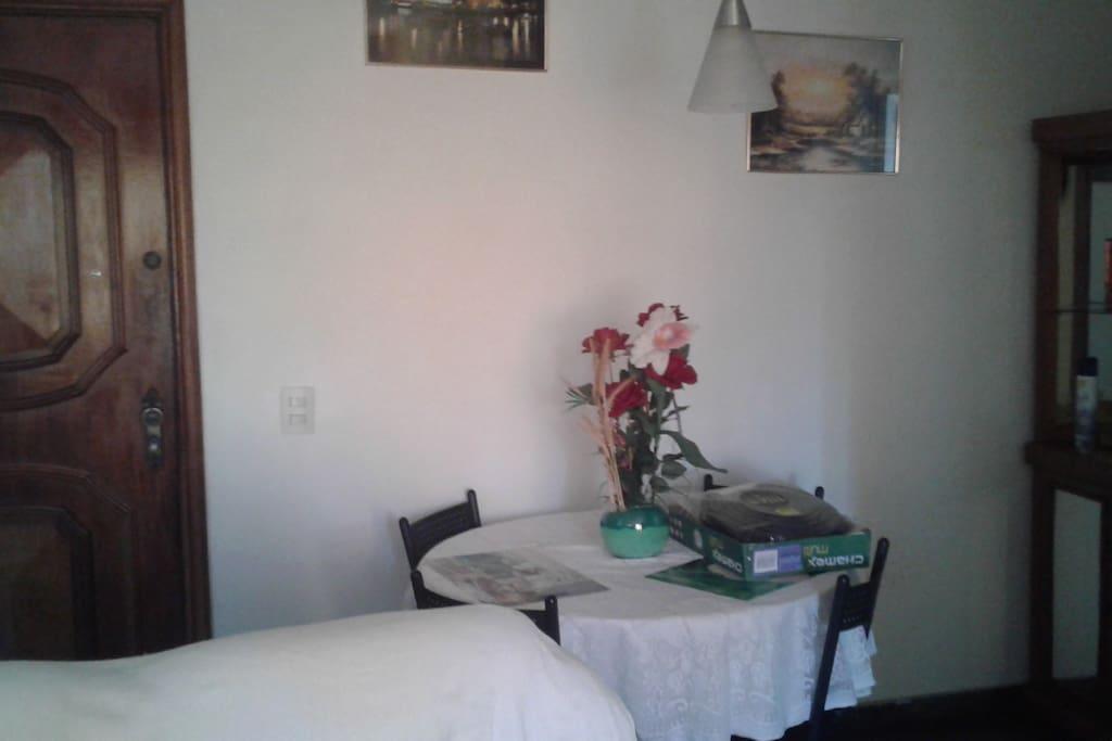 Sala de estar em L com sala de jantar.