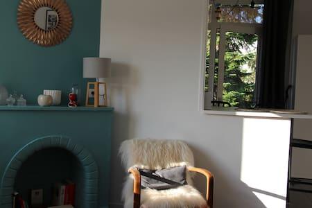 T2 dernier étage toulousaine lumineux et calme