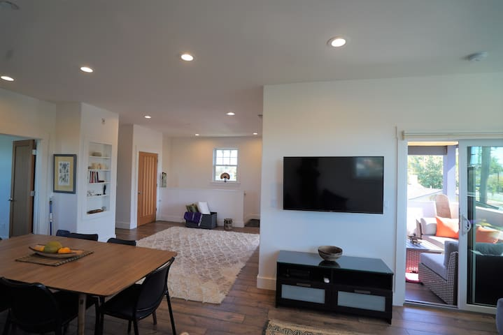 Watch TV or pair your computer to view on a big screen. 3 short blocks from the center of Livermore, you can see Carnegie Park and Farmers Market from the covered porch.