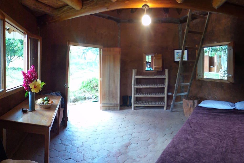 Una ampla cabaña rústica con los elementos básicos para que descanses y te conectes con la tierra.