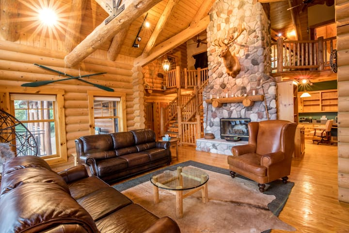 Dancing Bear Lodge-Luxury Log Cabin