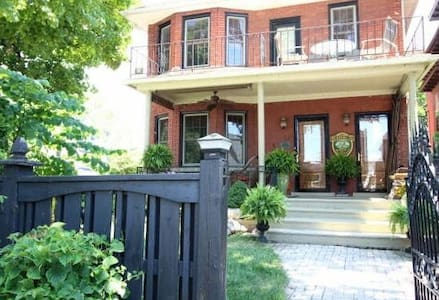 A Hidden Gem Bed and Breakfast Green Suite - Windsor - Bed & Breakfast