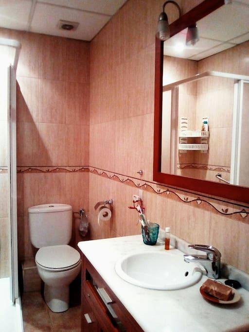 El baño, de uso compartido, es nuevo y limpio.