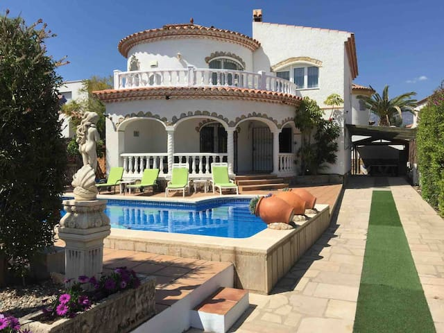 Discounts! Large villa with private pool & hot tub