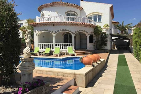 Large individual villa with private pool & hot tub