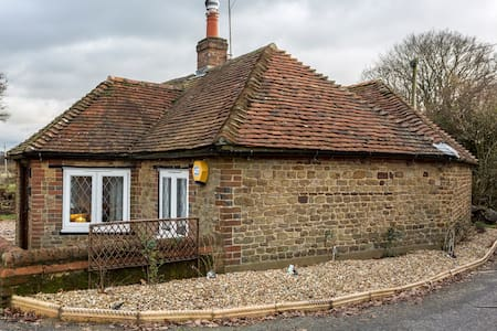 Three lane country spa cottage. - West Sussex