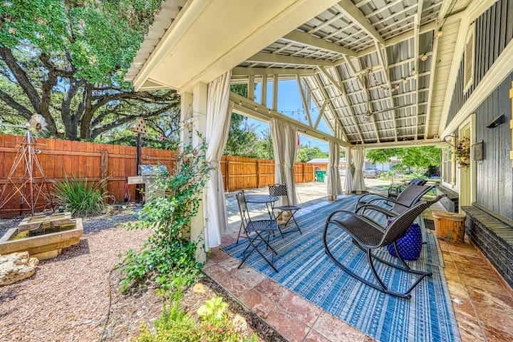 Charming house in heart of Hill Country, near parks, shopping & restaurants!