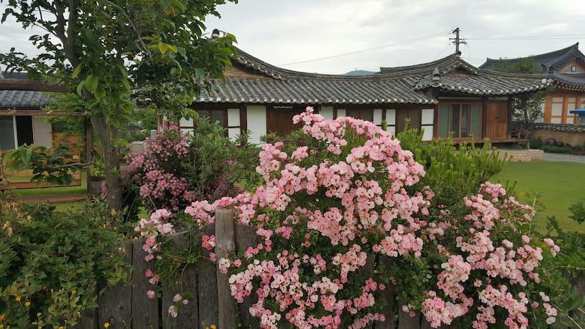 3.은혜당 사랑채 (8인실) 명품고택 사진을 왼쪽 밀어보세요 - Yeongdeok-gun - House