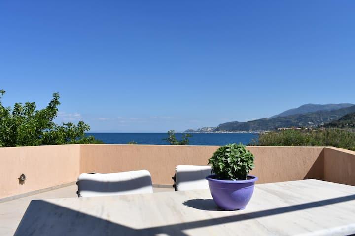 Lumineta Villa, 20 steps by the shore.