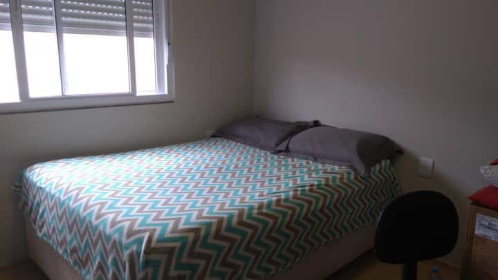 Aconchegante quarto em apto a 200m da praia!