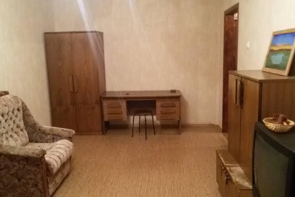 комната светлая, с необходимой мебелью для вещей, TV.