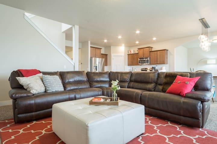 Spacious 5 Bedroom Home With Amazing Natural Light - South Jordan - Casa