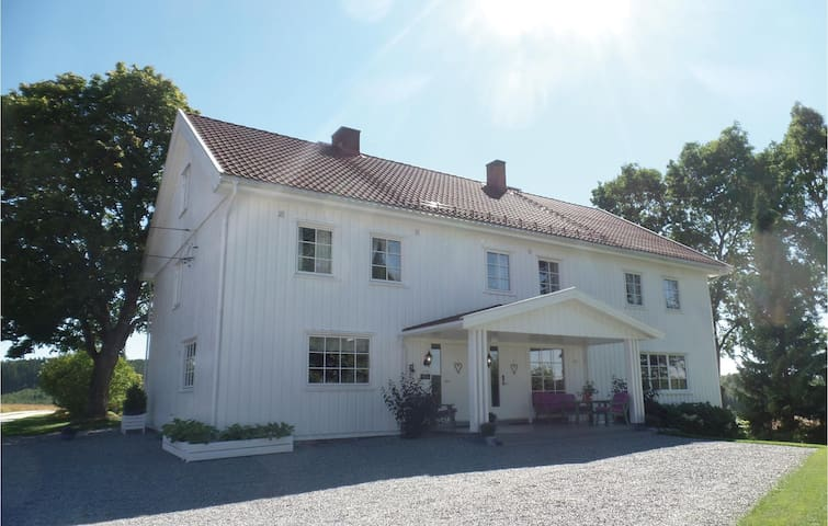 Holiday cottage with 5 bedrooms on 250 m² in Løken