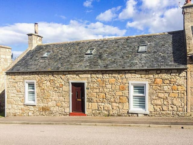 WICKIE COTTAGE, pet friendly in Lossiemouth, Ref 936581
