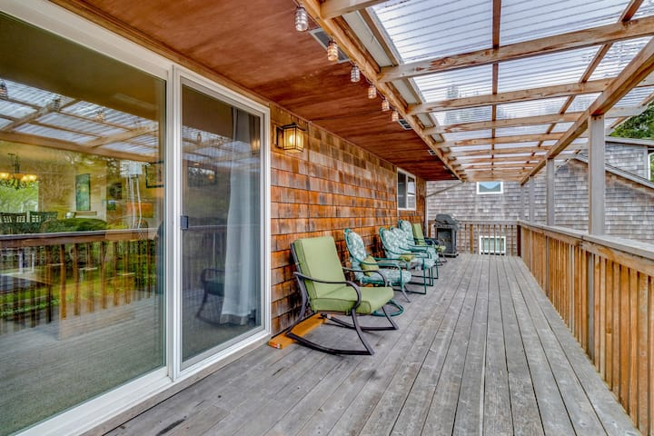 Upstairs, dog-friendly duplex w/balcony - just steps to beach