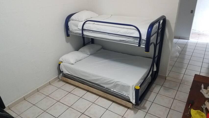 Las camas son en realidad una litera,  colchón individual arriba, matrimonial enmedio e individual abajo en rodabase.