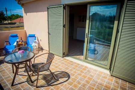 Colorful flat 2km from the beach - Antipata
