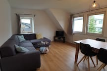 Wohnzimmer mit gemütlicher Couch, Bluetooth Radio, TV mit Neflix, superschnelles WLAN und ausziehbarem Esstisch