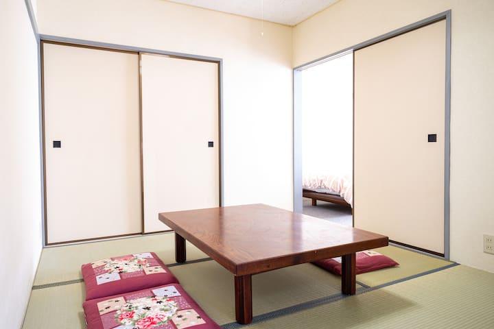 4.5帖の落ち着いた和室でごゆっくりお寛ぎください。布団は2組お敷きいただけます。
