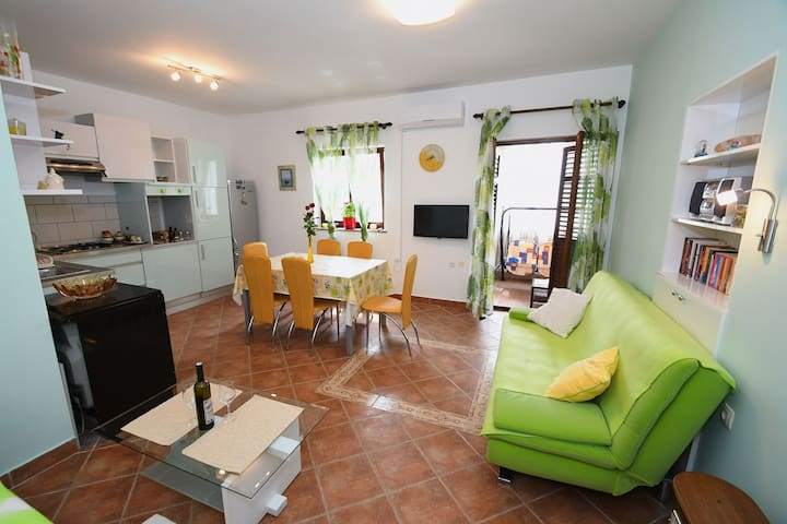 Apartment Pilly with private parking and terrace