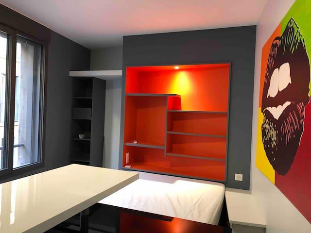 Chambre lit 140 cm ouverte sur espace repas