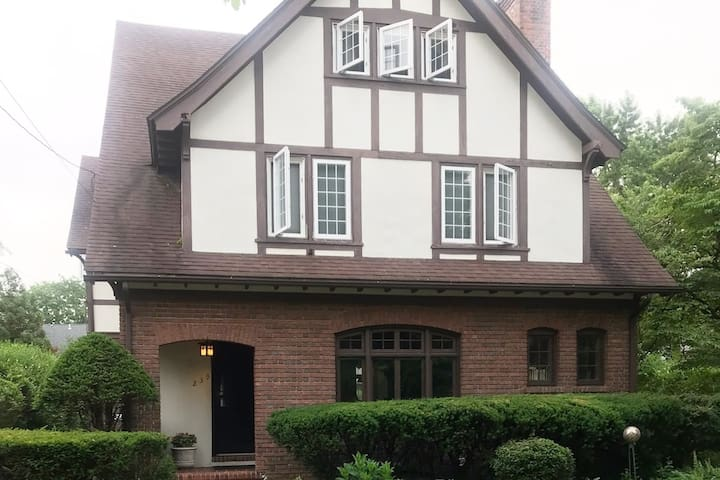 Stately Westville Home: near Yale, SCSU, UNH