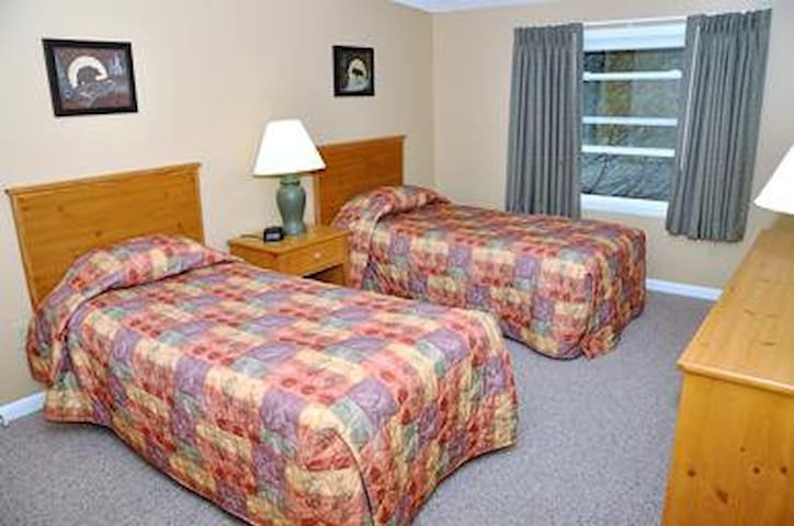 Second Bedroom (Two Twin Beds)