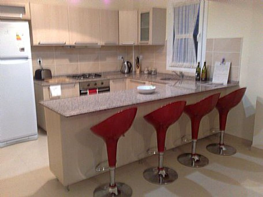 Fully Fitted Kicthen with Granite Breakfast Bar