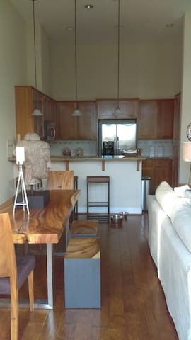 Bright & Beautiful Downtown Benicia Home - Benicia - Condominium