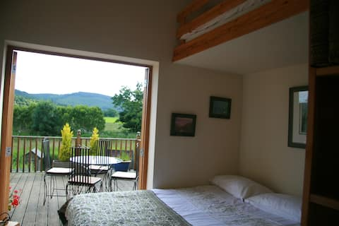 Garden Glamping Studio with deck & panoramic view