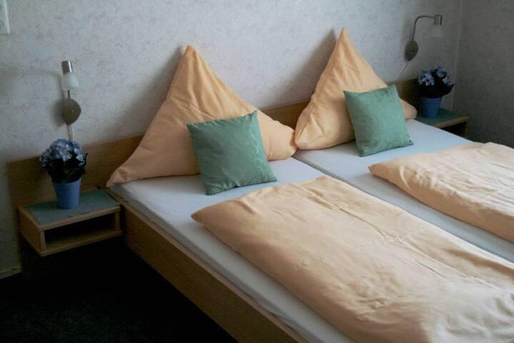 Gasthaus Kreuz (Biberach), Doppelzimmer mit Etagenbad und Etagen-WC