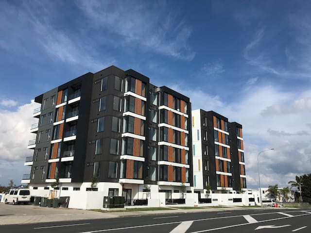 Brand new modern apartment in central Takapuna