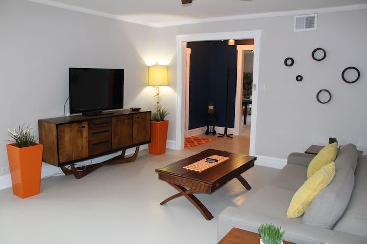 Logan Square Hot spot - Room!  Casa room !