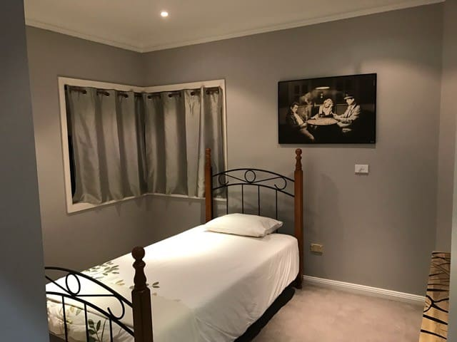 Great room with single bed - Daceyville - Casa