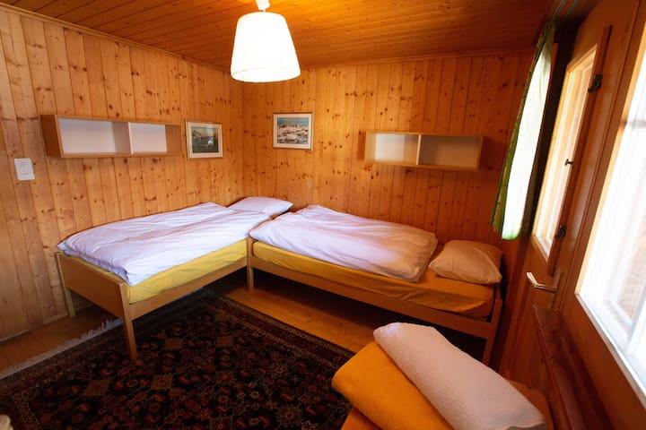 2. Schlafzimmer mit 2 Einzelbetten (verschiebbar zu Doppeltbett)