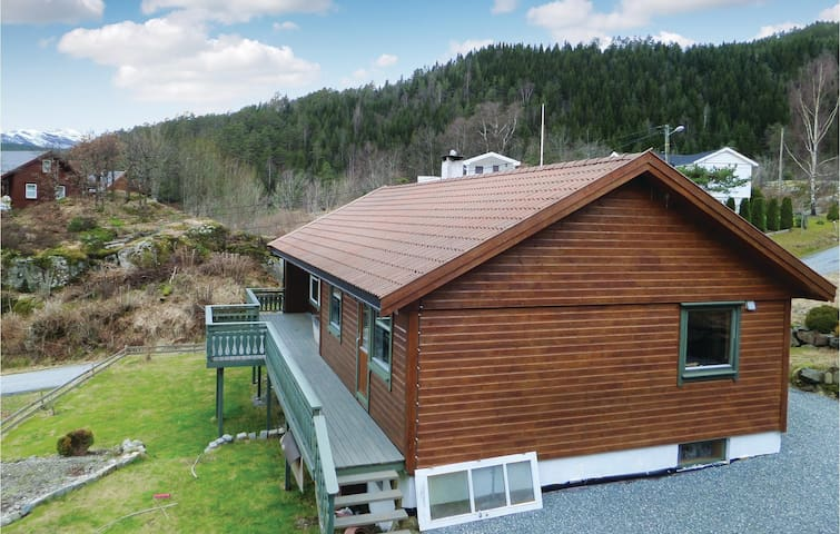 Holiday cottage with 5 bedrooms on 180 m² in Hebnes