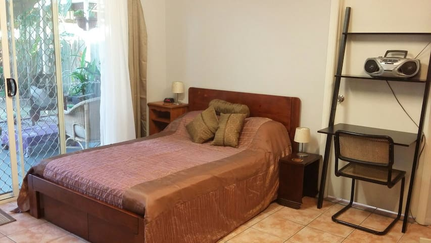 Large room - own ensuite, kitchenette & entrance - Deagon - Dom