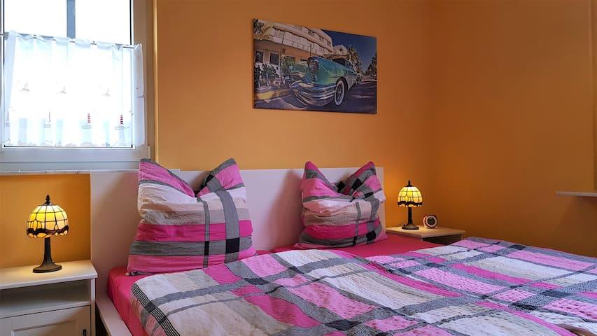 Zusatzschlafzimmer mit Doppelbett und Schlafcouch