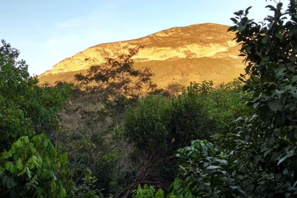 Por do sol refletindo na montanha