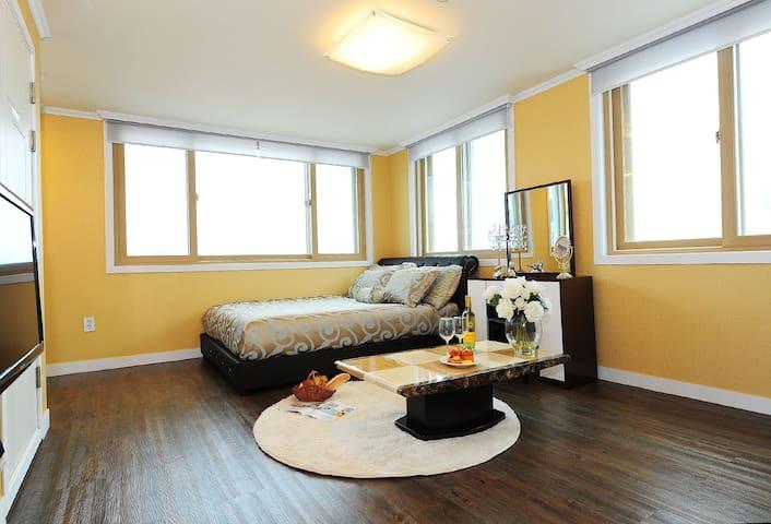 화사한 햇살과 옐로우톤 인테리어로 아늑함이 느껴지는 로맨틱한 분위기에 원룸형 객실 커플룸
