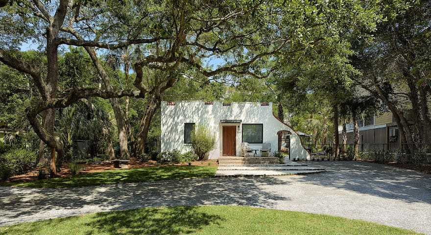 Hip,renovated bungalow with all new amenities - Folly Beach - House