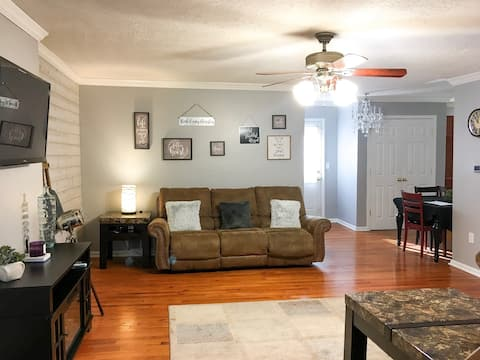 New 900 Square Foot Home Apartment. 2 Guests Only