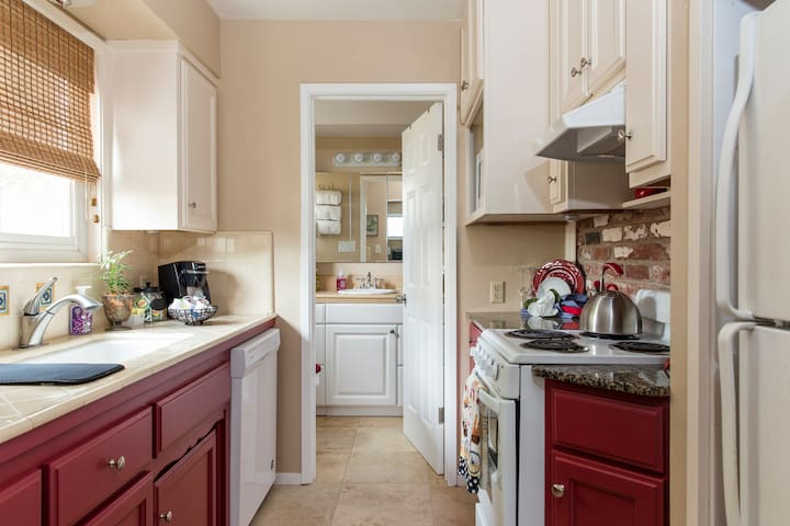 Well equipped kitchen including dishwasher, oven & cooktop