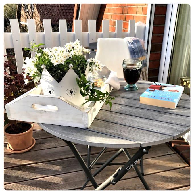 Ein gutes Buch, etwas zum Trinken... so lässt es sich aushalten auf dem Balkon vom Lille Hus....