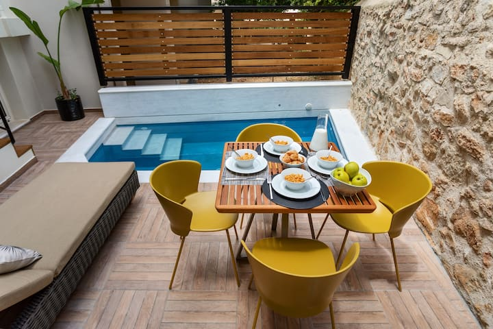 Enjoy your breakfast with pool view
