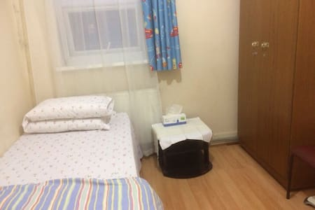 A cosy room with a double bed - 伦敦
