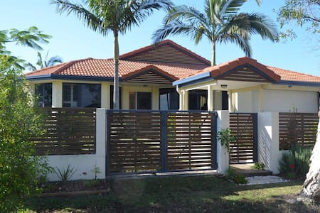 Large modern home in a quiet suburb - Pelican Waters - House