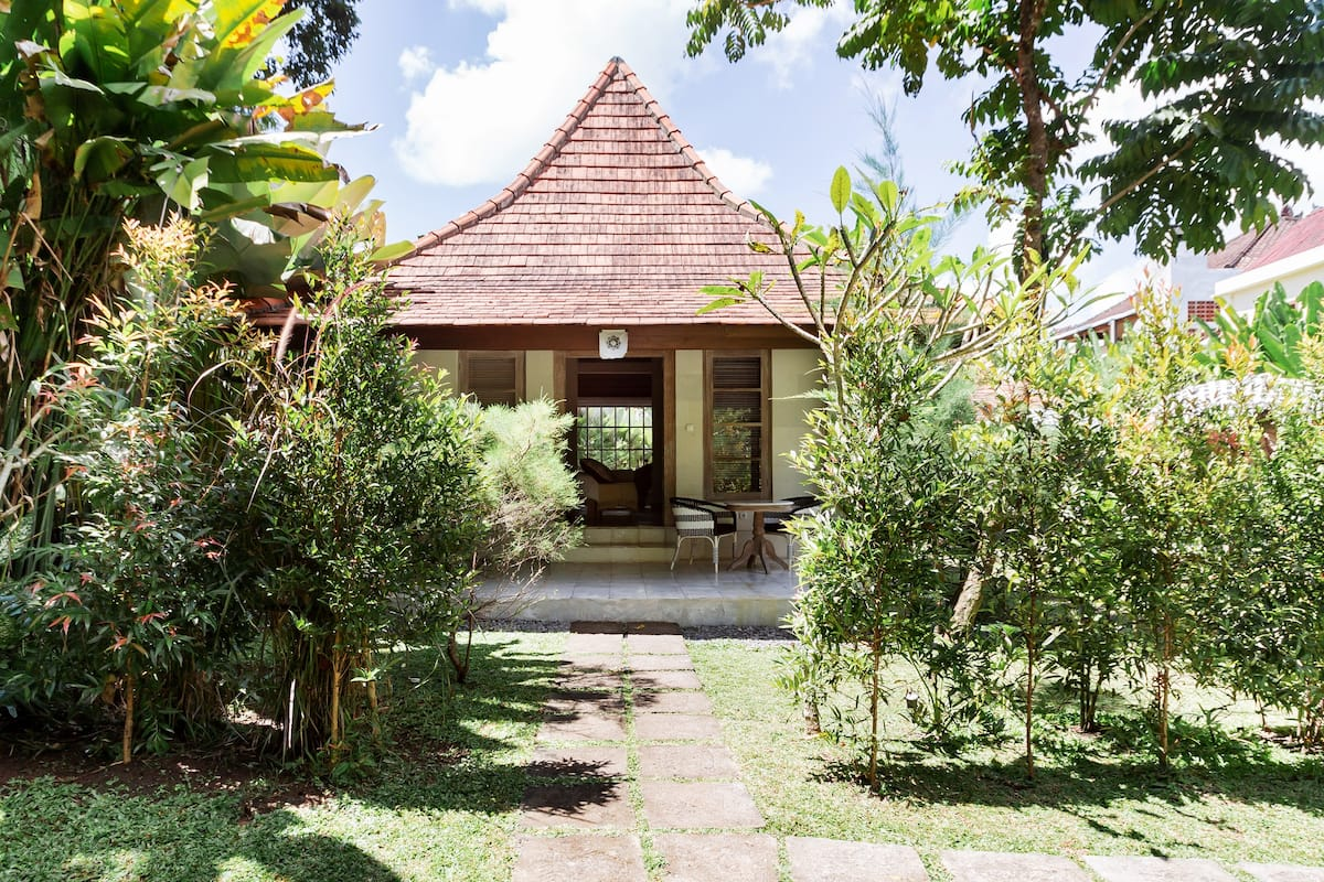 Relax Vibes Bungalow in Expansive Garden near Downtown Ubud