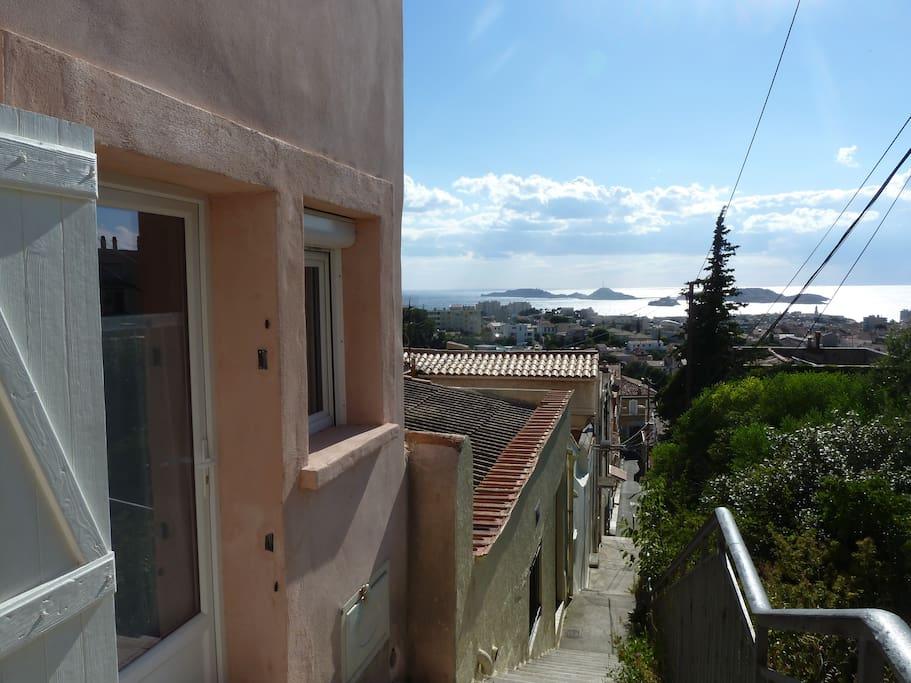 l'entrée de l'appartement et la vue sur la mer et les îles