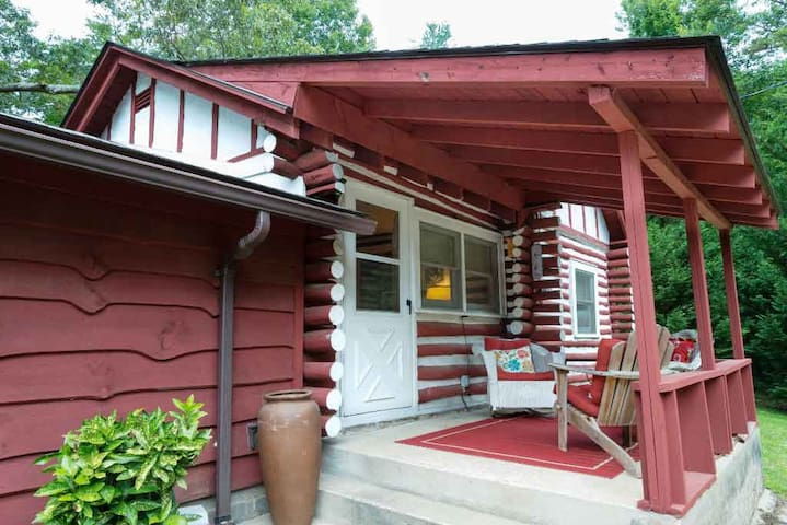 Celia's Cottage: 5 miles to downtown Asheville & pet friendly! - 1 Bedroom, 1 Bathroom